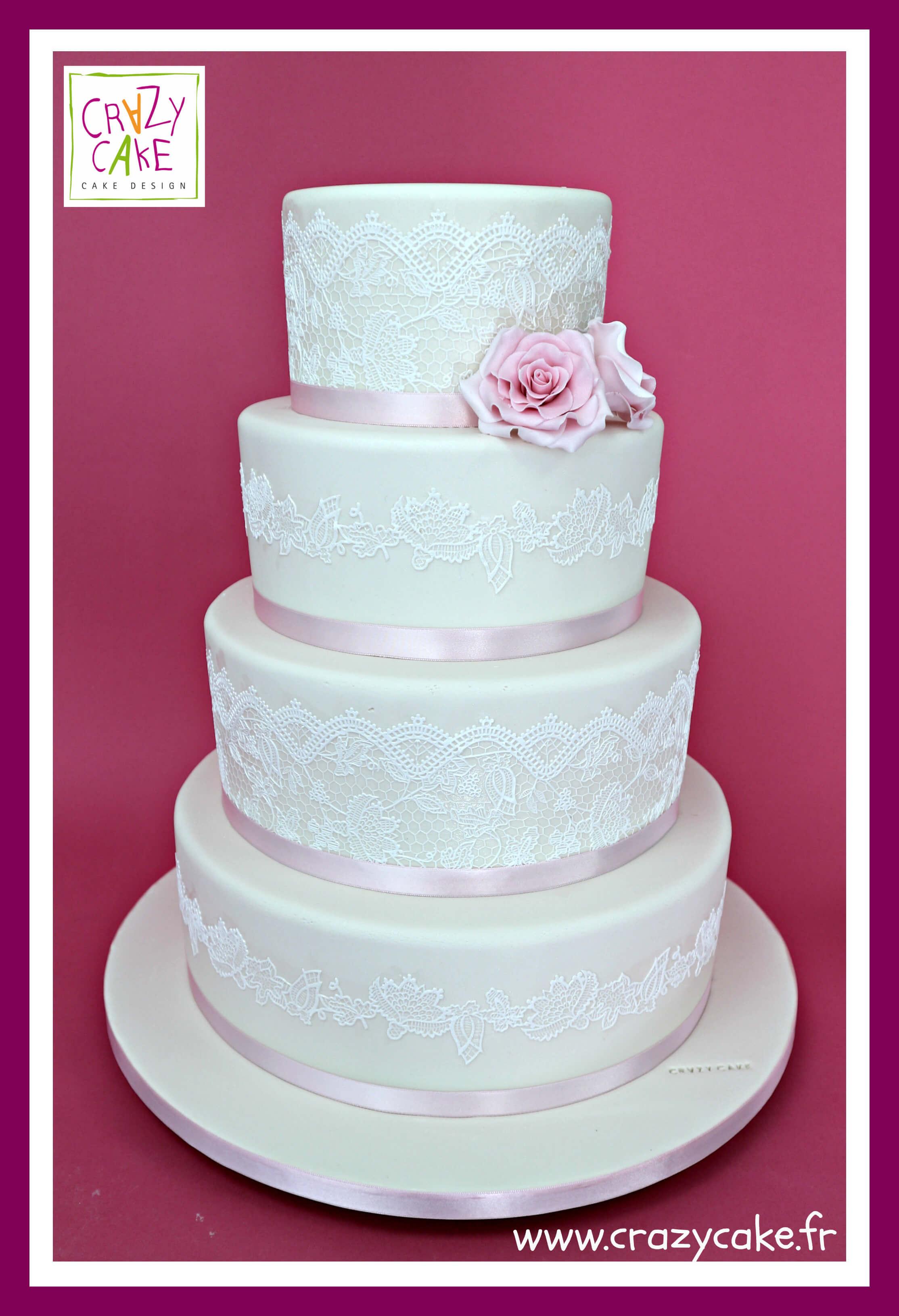 Un gâteau de mariage au thème bohème est naturel et organique, ce qui  explique pourquoi les gâteaux nus ou semi,nus sont les mieux adaptés.